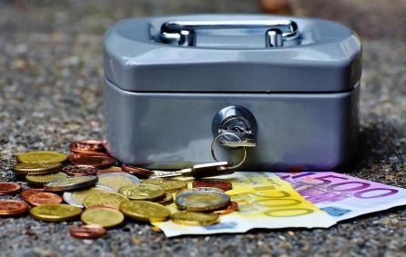 Geldkist met euro's ter illustratie