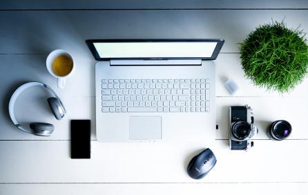 laptop met kantoorspullen