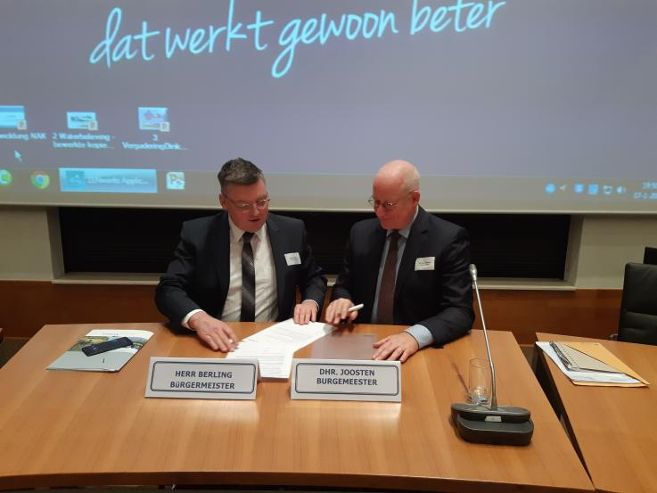 Ondertekening door beide burgemeesters